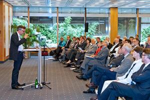 Klaus Altepost, Verlagsleiter des Gütersloher Verlagshauses, begrüßt die anwesenden Pfarrerinnen und Pfarrer.